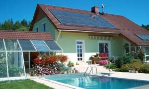 Солнечные коллекторы на крыше дома
