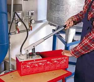 Гидравлические испытания системы отопления с помощью ручного насоса