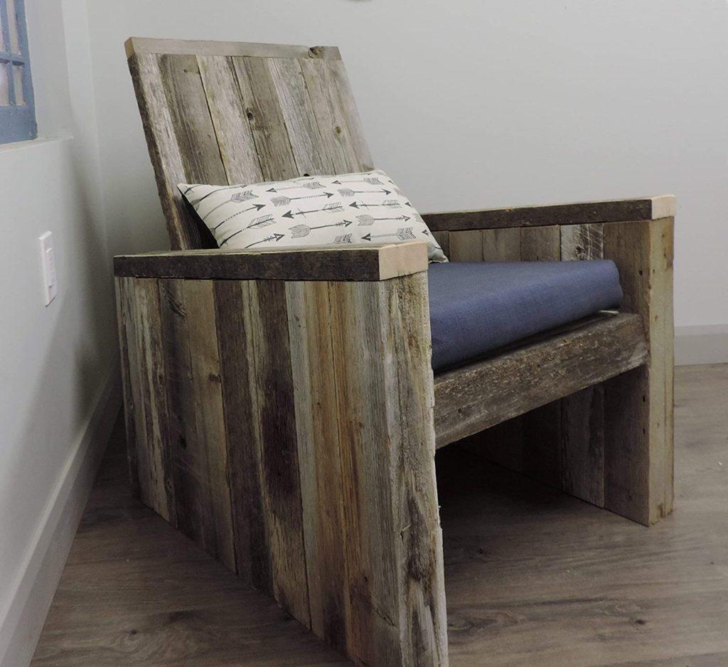 кресло из старого дерева